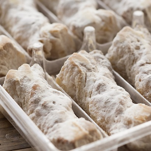 Lazos de Hojaldre: Blätterteigschleifen mit Puderzucker